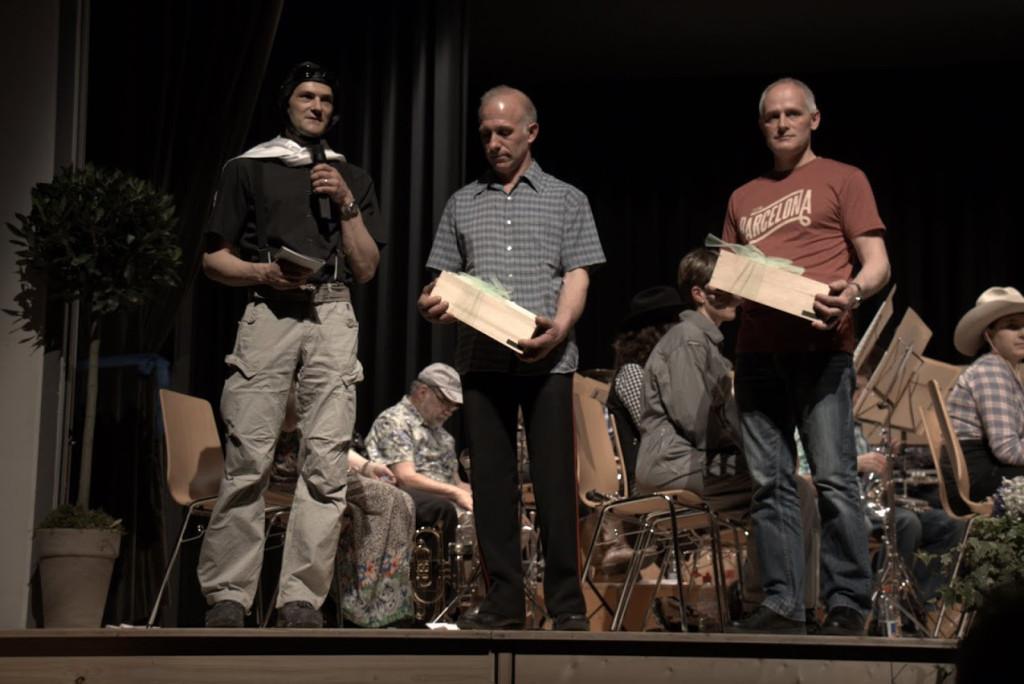 Veteranenehrung - Res und Walter werden für je 35 Jahre aktives Musizieren geehrt